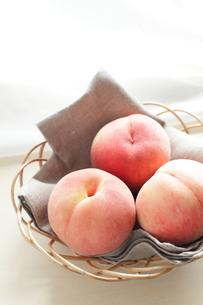 かごに乗せた桃の写真素材 [FYI00029569]