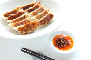 食べるラー油と餃子の写真素材 [FYI00029579]