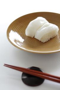イカの握りすし(回転寿司のイメージ)の写真素材 [FYI00029582]