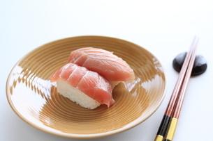 マグロの握り寿司(回転寿司のイメージ)の写真素材 [FYI00029585]
