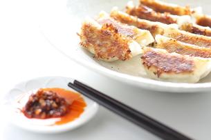 食べるラー油とぱりぱり餃子の写真素材 [FYI00029590]