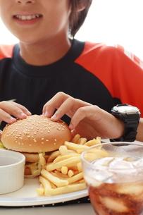 ハンバーガを食べるの写真素材 [FYI00029616]