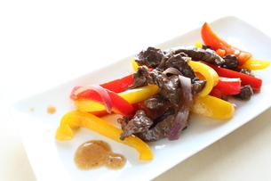 牛肉とパプリカの中華炒めの写真素材 [FYI00029627]