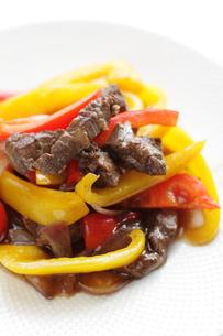 牛肉とパプリカの中華炒めの写真素材 [FYI00029639]