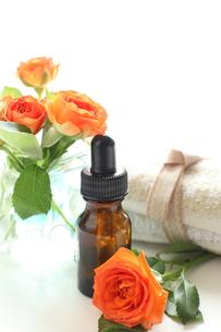基礎化粧品とオレンジ色の薔薇の写真素材 [FYI00029664]