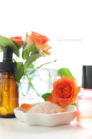 岩塩とオレンジ色の薔薇のスパのイメージの素材 [FYI00029668]