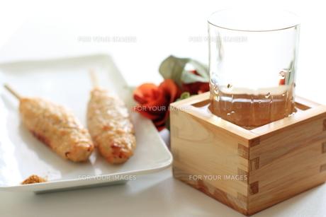 冷酒とつくねの焼鳥の写真素材 [FYI00029683]