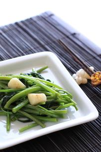 アジア料理の空芯菜とニンニク炒めの写真素材 [FYI00029693]