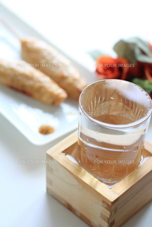 日本酒とつくねの焼鳥の写真素材 [FYI00029700]