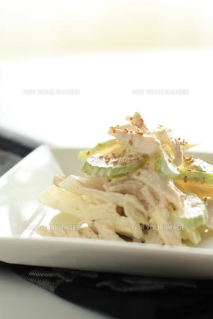 鶏肉とセロリのサラダの写真素材 [FYI00029863]