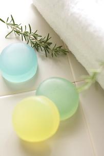 3種類のハーブ石鹸の写真素材 [FYI00029931]