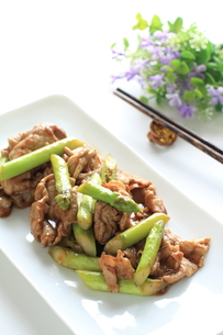 アスパラと豚肉の中華炒めの写真素材 [FYI00029980]