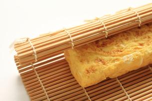 卵焼きの調理シーンの写真素材 [FYI00030128]