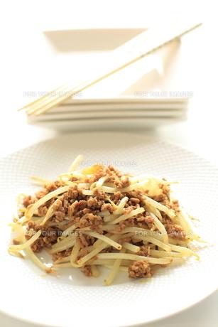 節約料理のもやしと挽肉の炒め物の素材 [FYI00030265]