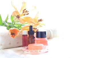 オレンジ色の百合と基礎化粧品の写真素材 [FYI00030275]