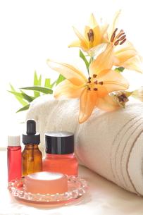 オレンジ色の百合と基礎化粧品の写真素材 [FYI00030297]