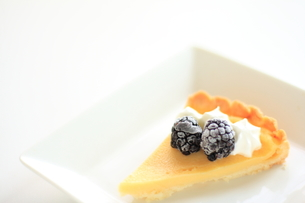 ブラックベリーのチーズタルドの写真素材 [FYI00030340]
