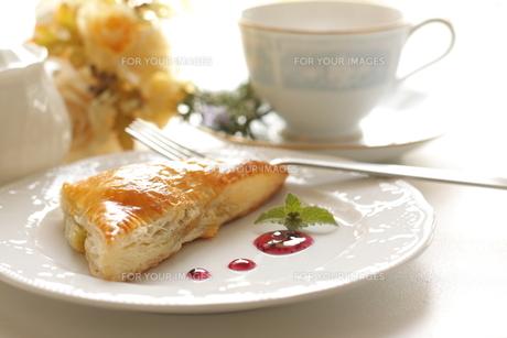 ペイストリーと紅茶のティータイムの写真素材 [FYI00030689]