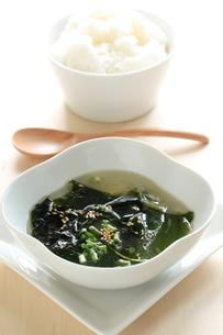 わかめスープとご飯の写真素材 [FYI00030701]