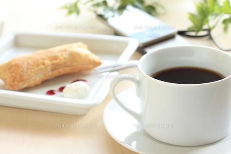 コーヒーとアップルパイの写真素材 [FYI00030837]
