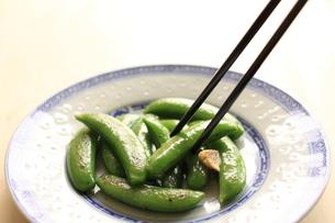中華のにんにくとスナックエンドウの炒めの写真素材 [FYI00030911]