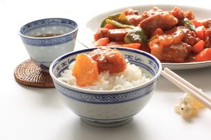 酢豚とご飯の写真素材 [FYI00030992]