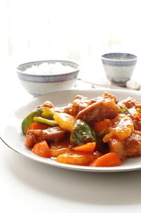 酢豚とご飯の写真素材 [FYI00030999]