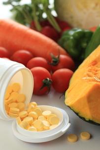 野菜とビタミン剤の素材 [FYI00031017]