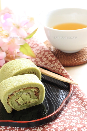 抹茶ロールケーキとお茶の写真素材 [FYI00031152]