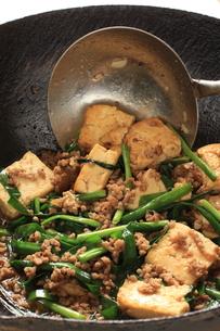 にら豆腐の調理シーンの写真素材 [FYI00031228]