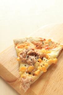 ツナとコーンのピザの写真素材 [FYI00031392]