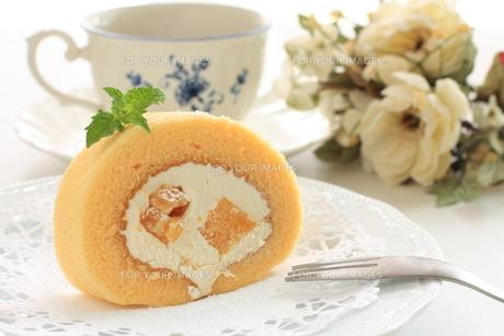 胡桃と黄桃のロールケーキの写真素材 [FYI00031417]