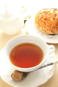 紅茶とパンの写真素材 [FYI00031419]