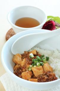 麻婆豆腐丼と中国茶の写真素材 [FYI00031466]