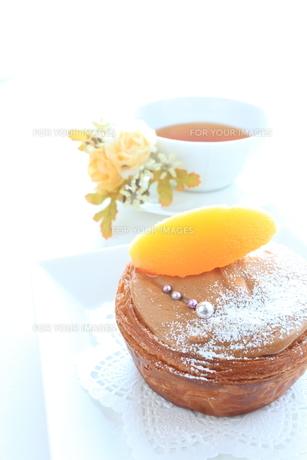 黄桃とチョコレートケーキの写真素材 [FYI00031476]