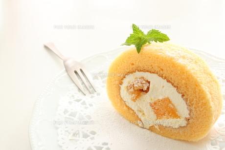 ももと胡桃のロールケーキの写真素材 [FYI00031479]
