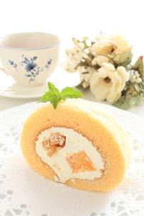 ピーチケーキと紅茶の写真素材 [FYI00031481]