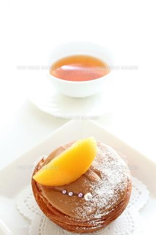 黄桃のチョコレートケーキの写真素材 [FYI00031485]