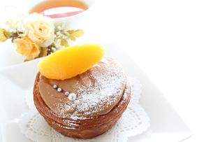 黄桃のチョコレートケーキと紅茶の写真素材 [FYI00031486]
