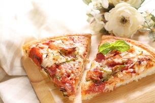 ベーコンとトマトピザの素材 [FYI00031559]