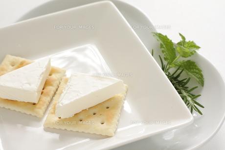 クリームチーズとクラッカーの写真素材 [FYI00031596]