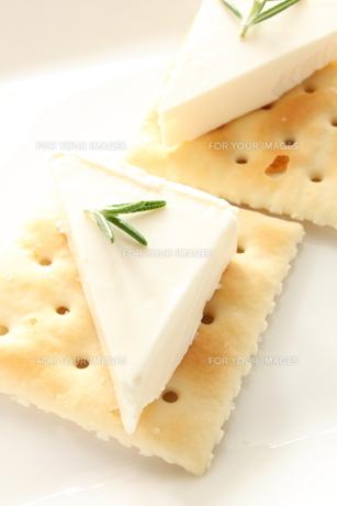 クリームチーズとクラッカーの写真素材 [FYI00031647]