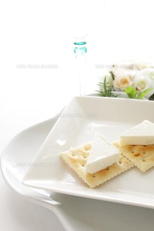 クリームチーズクラッカーの写真素材 [FYI00031694]