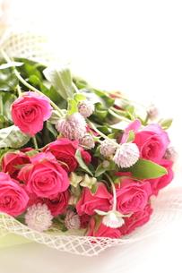千日紅と薔薇のブーケの写真素材 [FYI00031696]