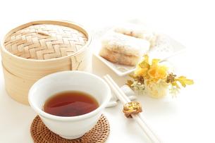 プーアル茶と点心の写真素材 [FYI00031719]