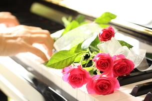 ピアノと花束の素材 [FYI00031757]