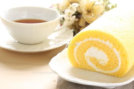 ロールケーキと紅茶の写真素材 [FYI00031905]