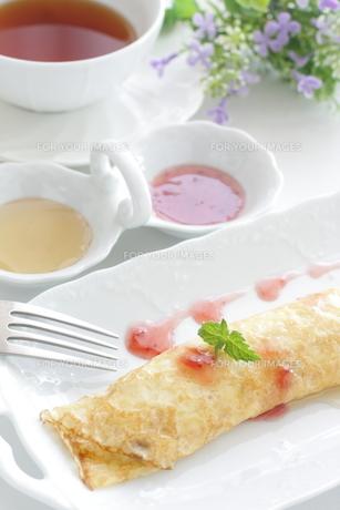 苺クレープと紅茶の写真素材 [FYI00032056]