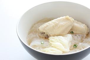 手羽先と春雨スープの写真素材 [FYI00032099]