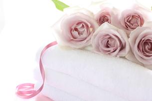 薔薇とタオルの素材 [FYI00032180]